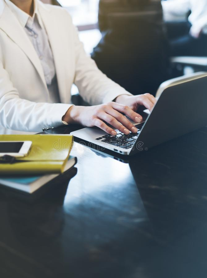 Jonge vrouw het schrijven teksthanden op open laptop in een koffie op een lijst die met bezinning en glans, onderneemster aan com royalty-vrije stock afbeelding