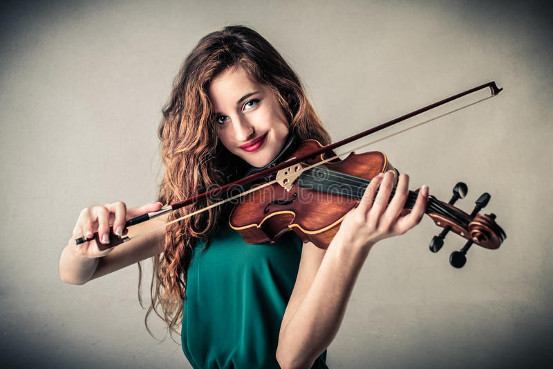 Jonge vrouw het spelen viool royalty-vrije stock foto's