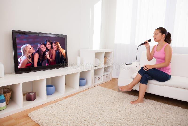 Jonge Vrouw het Zingen Karaoke stock afbeeldingen