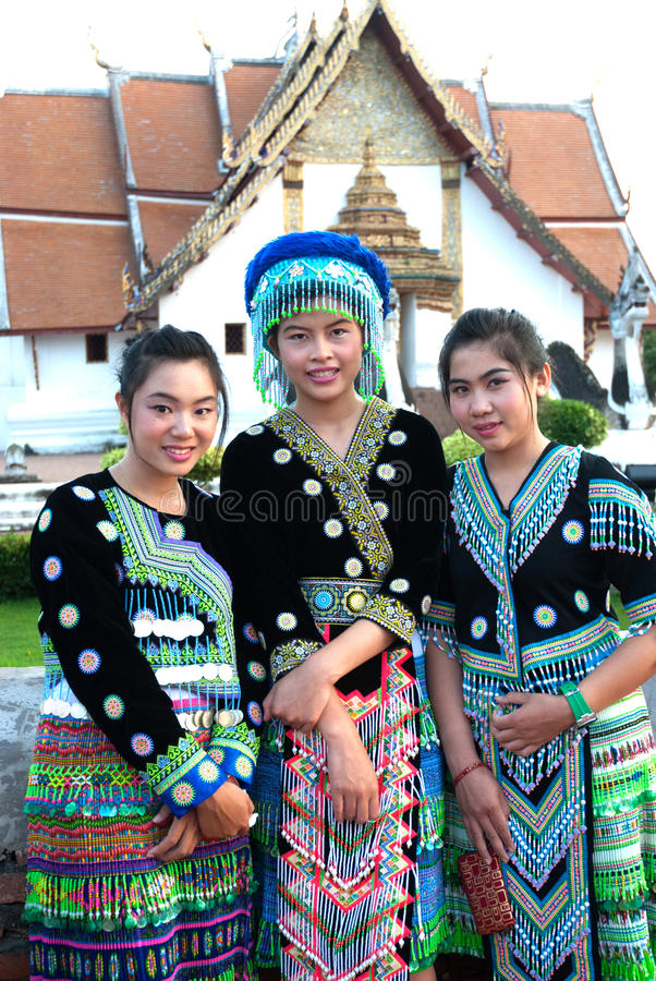 Jonge vrouw Hmong die hilltribe stelt. royalty-vrije stock afbeeldingen