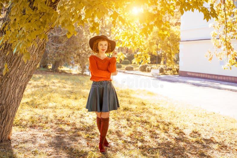 Jonge vrouw in hoed in de herfstpark, bos stock foto