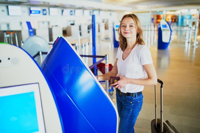 Jonge vrouw in internationale luchthaven stock afbeeldingen