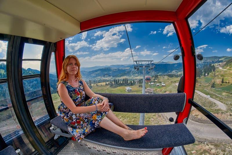 Jonge vrouw in kabelwagencabine royalty-vrije stock foto's