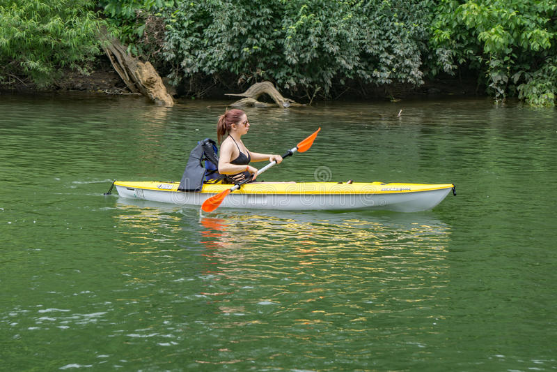 Jonge Vrouw Kayaking op de Roanoke-Rivier royalty-vrije stock fotografie