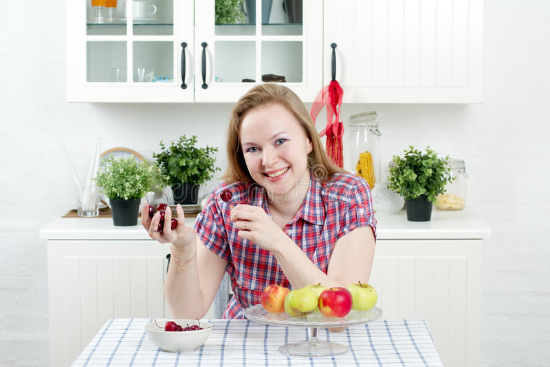 Jonge vrouw in keuken royalty-vrije stock fotografie
