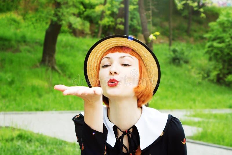 Jonge vrouw in kledings retro stijl royalty-vrije stock fotografie