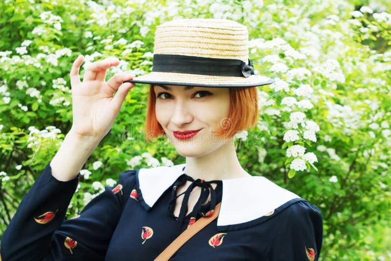 Jonge vrouw in kledings retro stijl royalty-vrije stock foto's