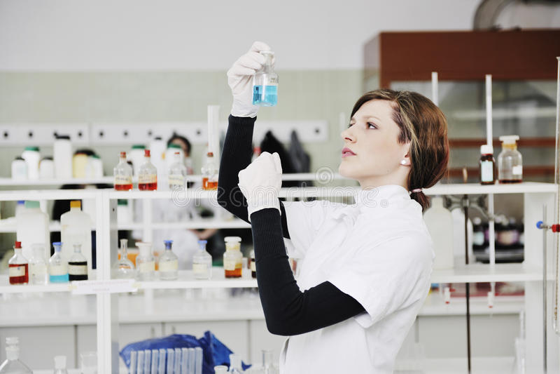 Jonge vrouw in laboratorium stock foto's