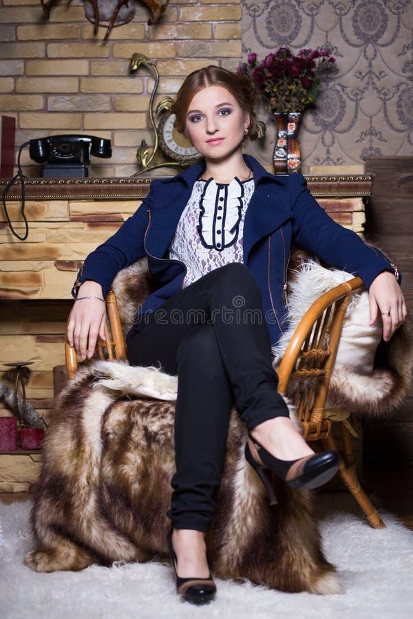 Jonge vrouw in matroos royalty-vrije stock afbeeldingen