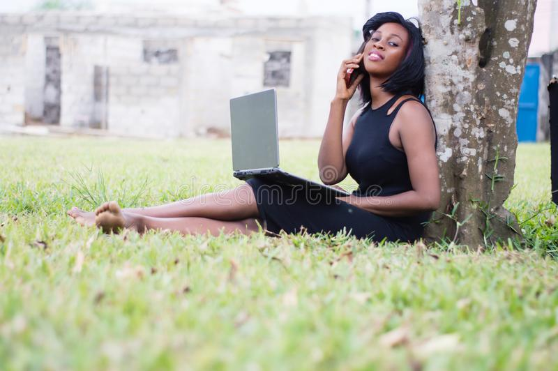 Jonge vrouw in mededeling in een park royalty-vrije stock fotografie