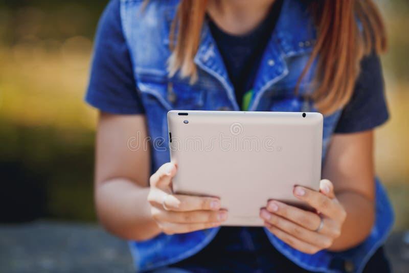Jonge Vrouw, Meisje die met Tablet op Groen Gebied, Park werken stock foto's