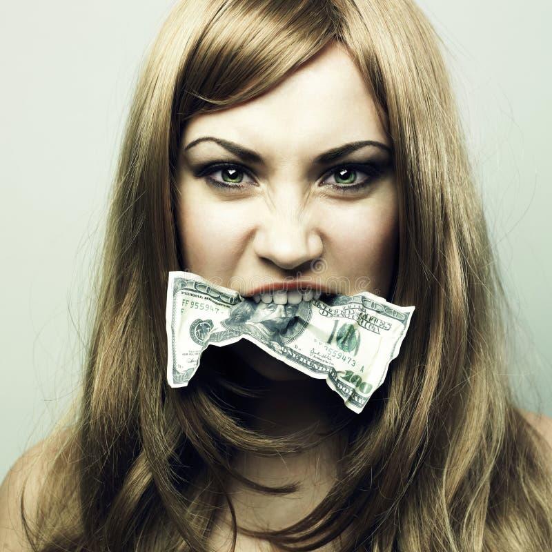 Jonge vrouw met 100 dollars van de V.S. in een mond stock foto