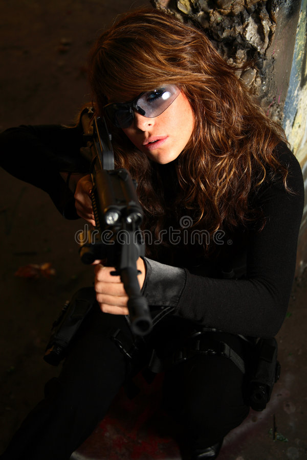 Jonge vrouw met aanvalsgeweer royalty-vrije stock foto