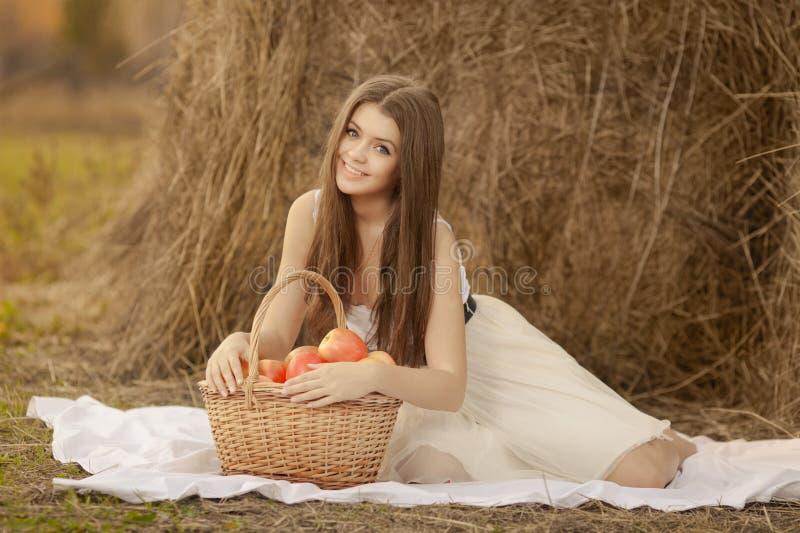 Jonge vrouw met apllemand openlucht stock afbeelding