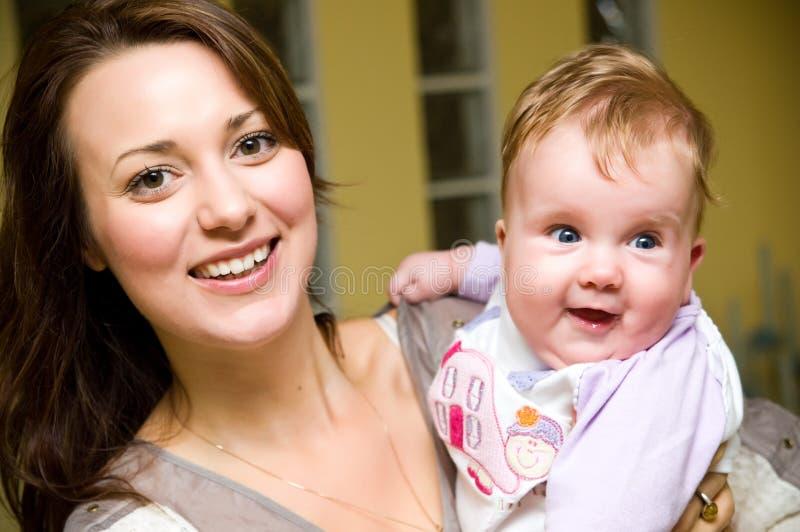 Jonge vrouw met babymeisje royalty-vrije stock foto's
