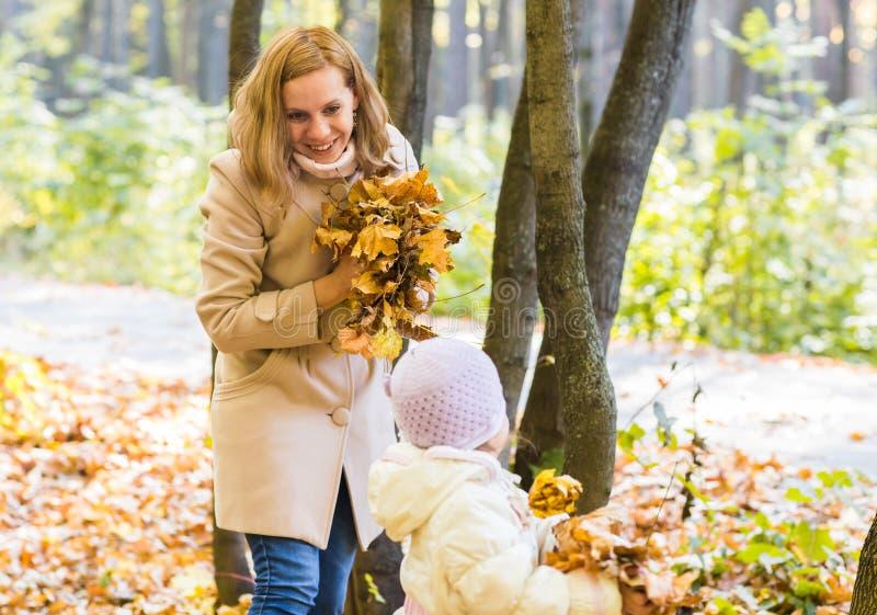 Jonge vrouw met bladeren in haar handen royalty-vrije stock foto