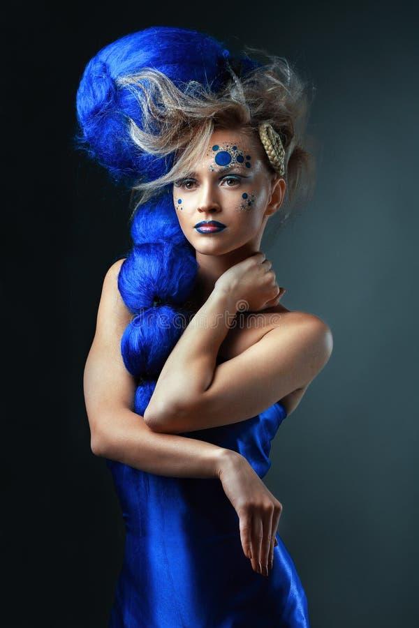 Jonge vrouw met blauw fantasiehaar stock foto