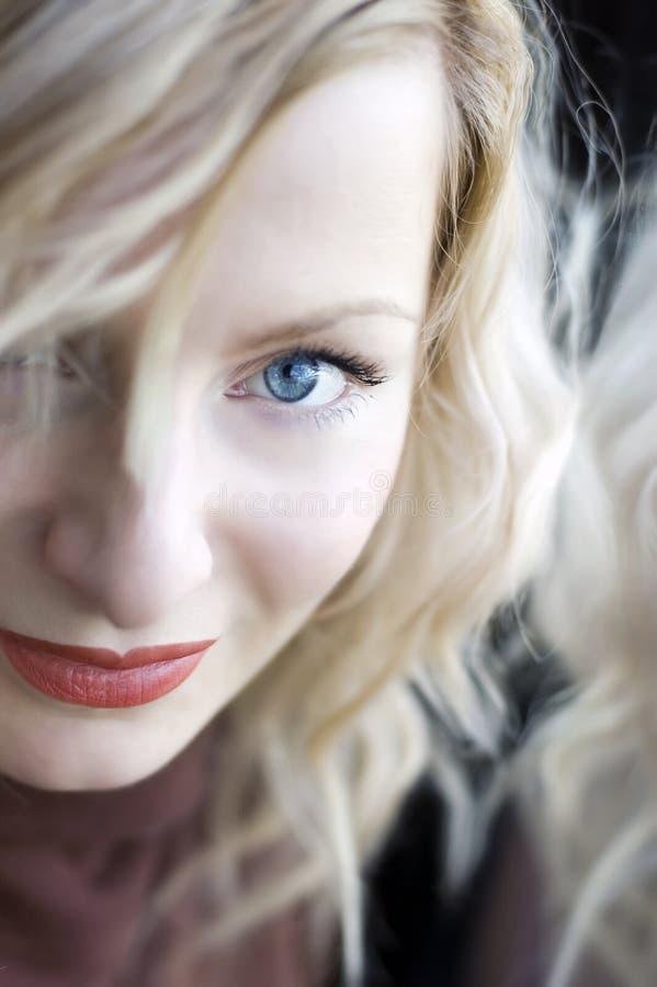 Jonge vrouw met blauwe ogen stock afbeelding