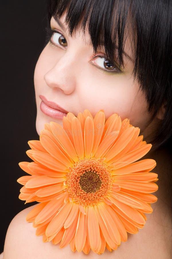 Jonge vrouw met bloem stock afbeelding