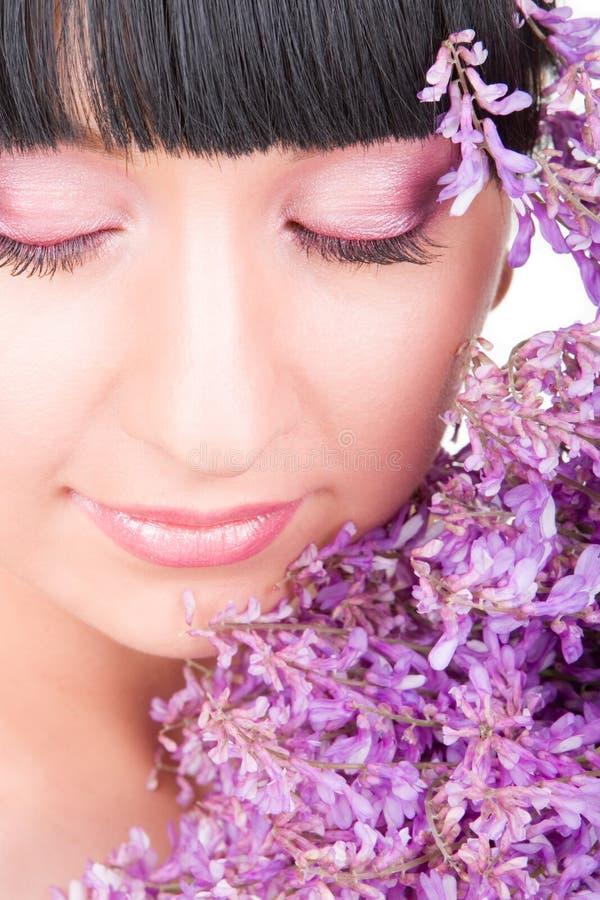 Jonge vrouw met bloemen royalty-vrije stock foto