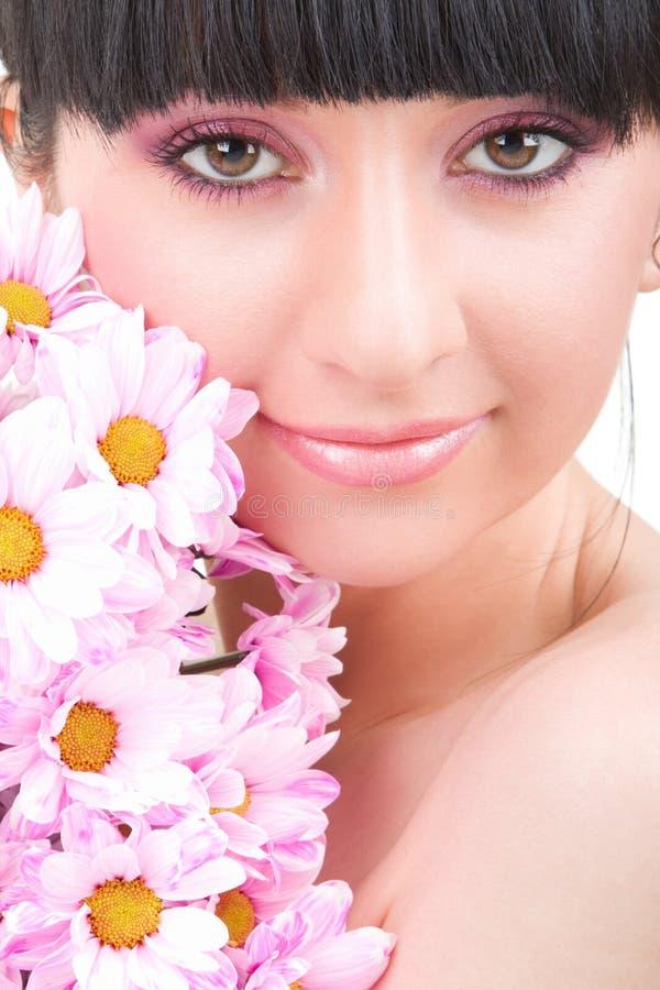Jonge vrouw met bloemen stock foto's