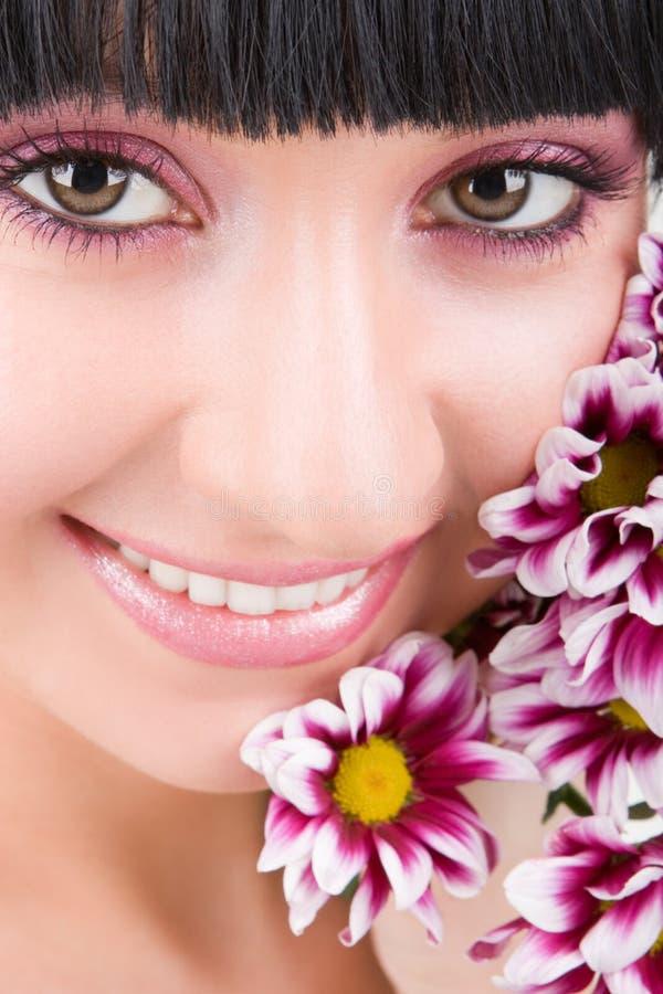 Jonge vrouw met bloemen royalty-vrije stock foto's