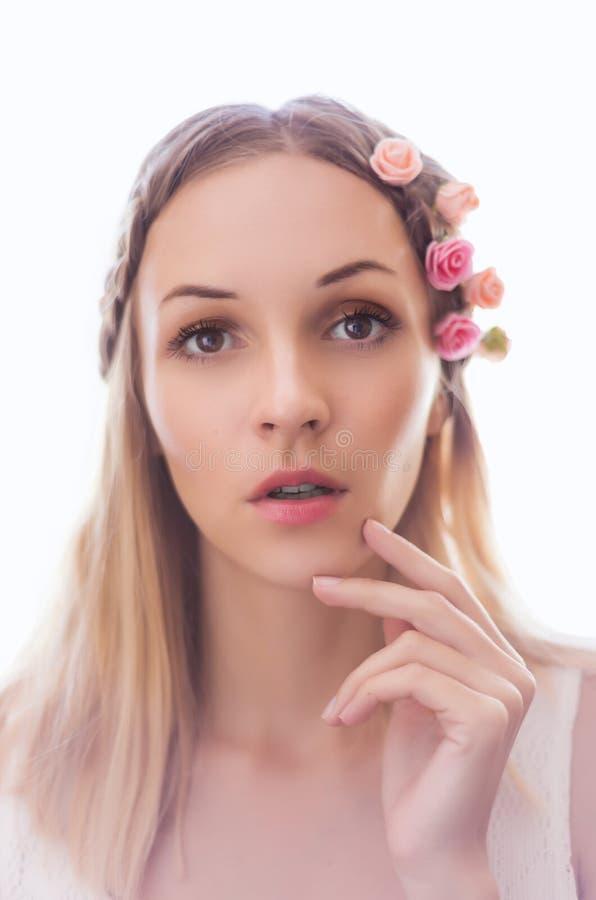 Jonge vrouw met bloemen in haar stock foto