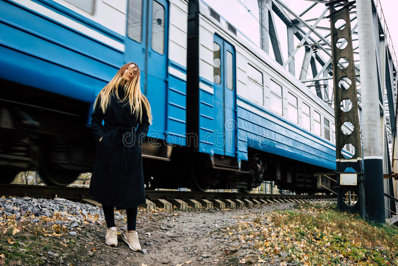 Jonge vrouw met blonde rechte lange haren in motie stock foto's