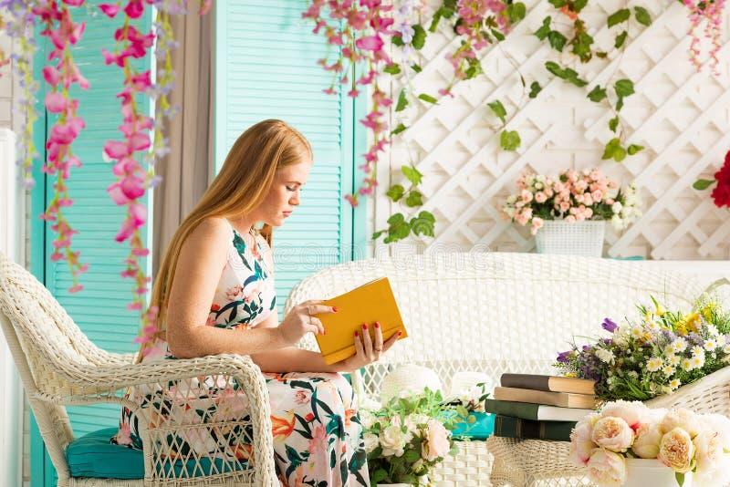 Jonge vrouw met boek in de zomerterras royalty-vrije stock foto's