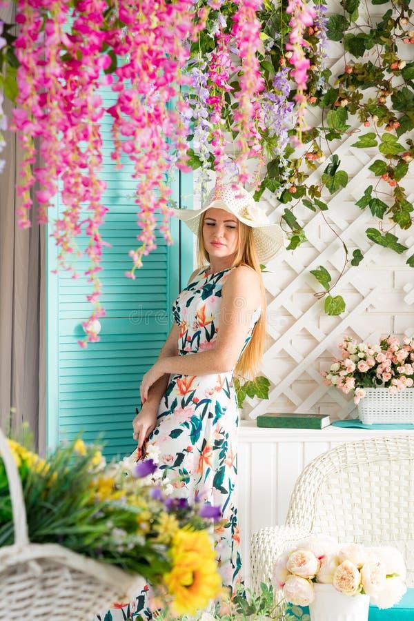 Jonge vrouw met boek in de zomerterras royalty-vrije stock afbeeldingen