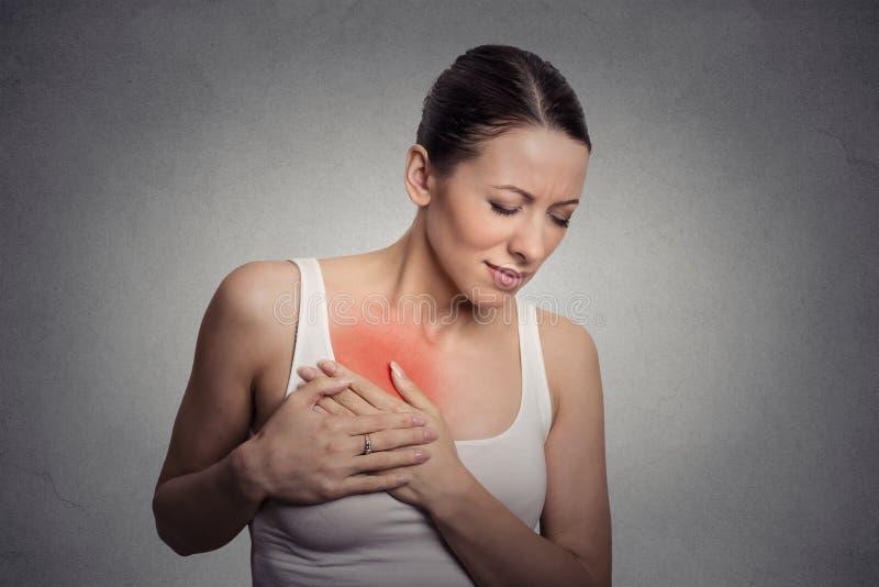 Jonge vrouw met borstpijn wat betreft borst royalty-vrije stock foto