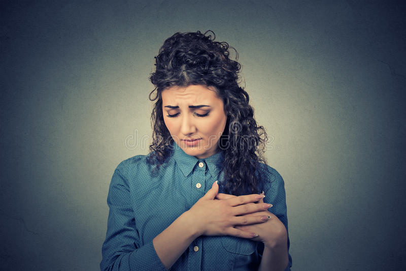 Jonge vrouw met borstpijn wat betreft borst royalty-vrije stock foto's