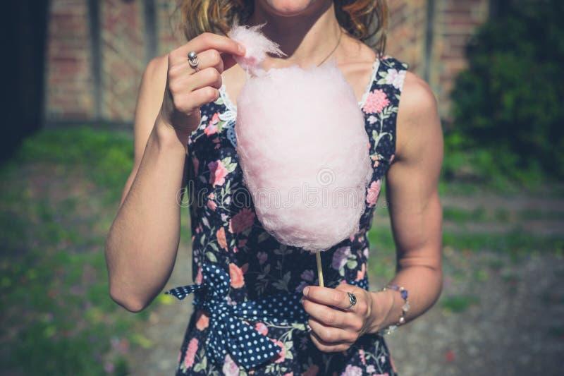 Jonge vrouw met buiten candyfloss royalty-vrije stock afbeeldingen