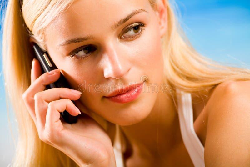 Jonge vrouw met cellphone stock fotografie