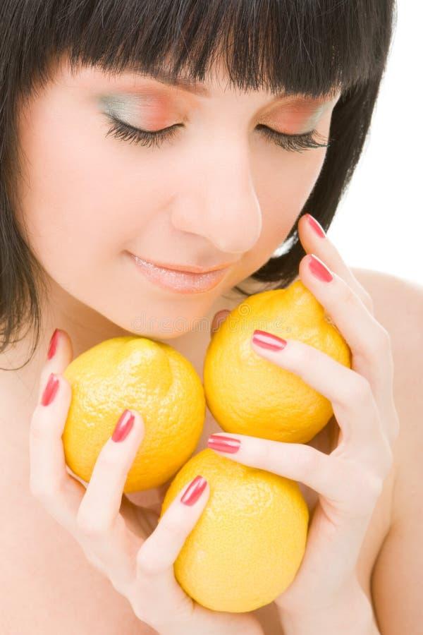 Jonge vrouw met citroenen stock afbeeldingen