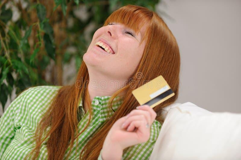 Jonge vrouw met creditcard het glimlachen stock afbeeldingen