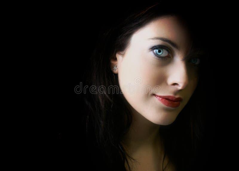 Jonge vrouw met duidelijke blauwe ogen royalty-vrije stock afbeelding