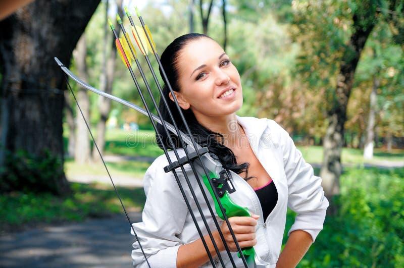 Jonge vrouw met een boog en pijlen stock afbeelding