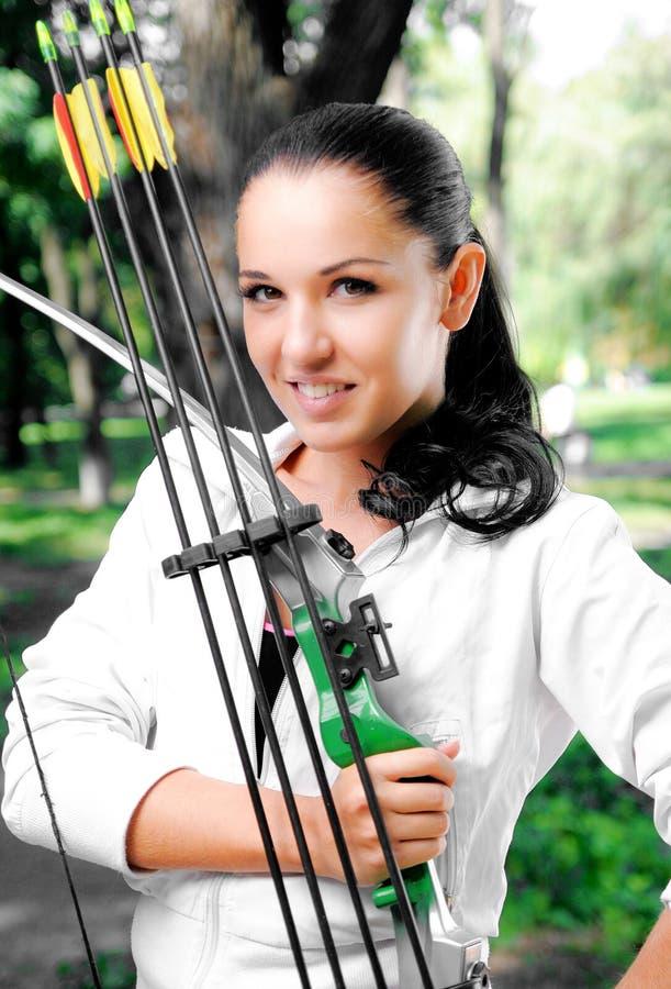 Jonge vrouw met een boog en pijlen royalty-vrije stock afbeelding
