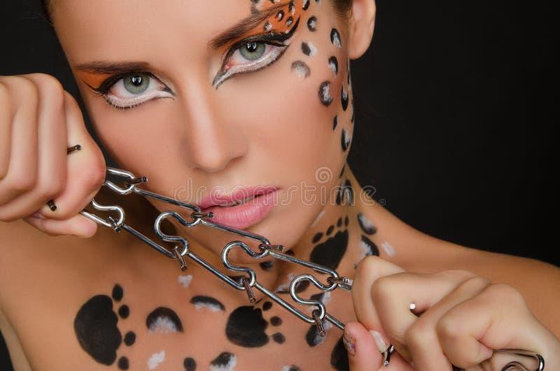 Jonge vrouw met een dierlijke gezichtskunst en stekels royalty-vrije stock foto's