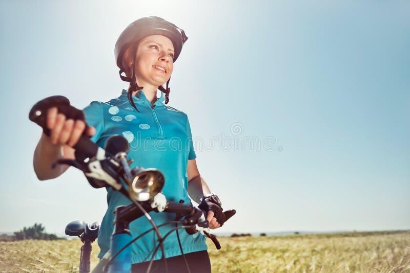 Jonge vrouw met een fiets stock foto's