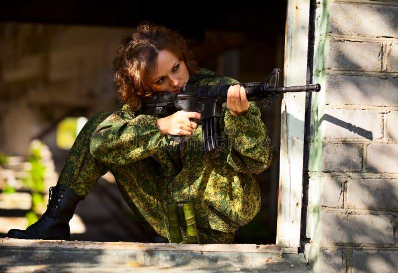 Jonge vrouw met een geweer stock foto's