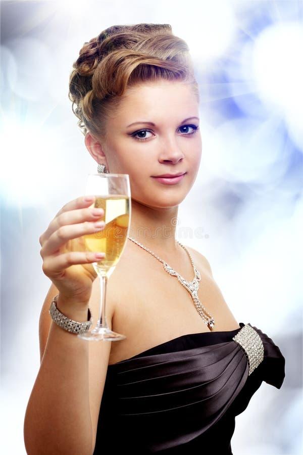 Jonge vrouw met een glas champagne stock afbeeldingen