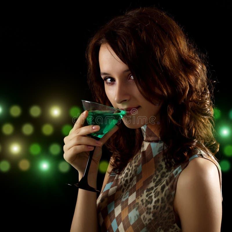 Jonge vrouw met een groene cocktail royalty-vrije stock afbeelding