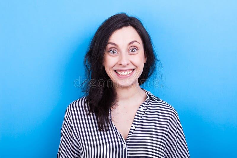 Jonge vrouw met een grote glimlach royalty-vrije stock afbeelding