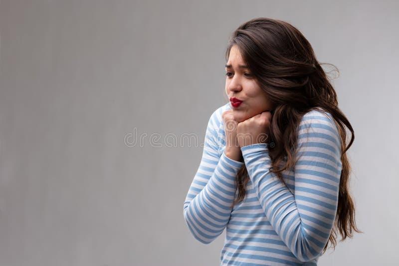 Jonge vrouw met een hartstochtelijke verbrijzeling of een luim stock afbeelding