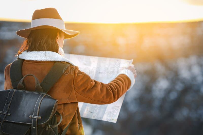 Jonge vrouw met een kaart in Grand Canyon royalty-vrije stock afbeelding