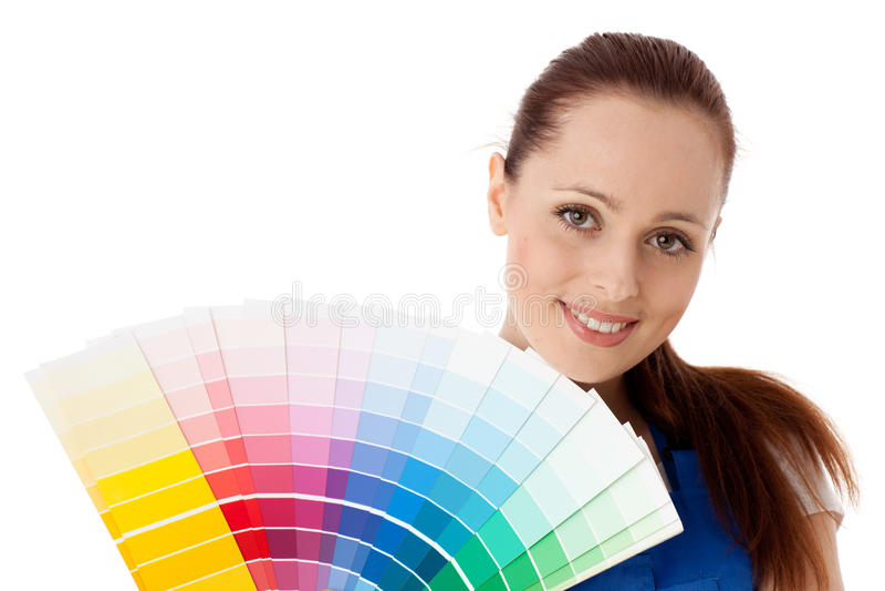 Jonge vrouw met een kleurengids. stock foto's
