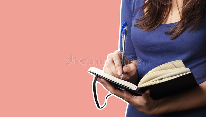 Jonge vrouw met een pen en een notitieboekje royalty-vrije stock fotografie