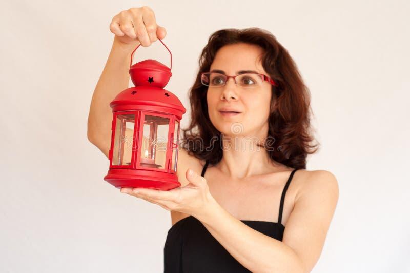 Jonge vrouw met een rode lantaarn royalty-vrije stock foto